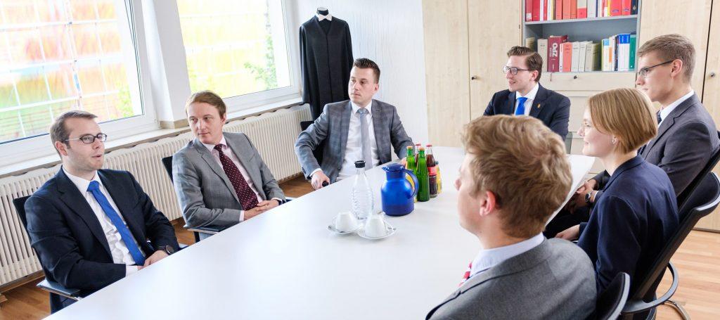 Mitarbeiter der HMK im Besprechungsraum